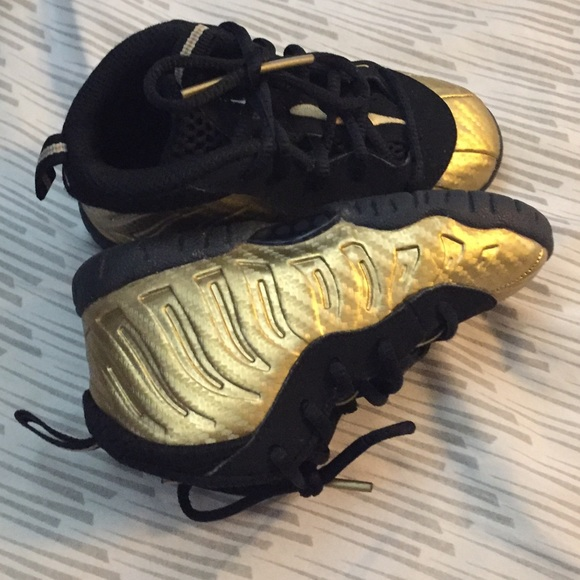 340b4ea45a01f Nike foams for toddler 7c black and gold. M 5b88131942aa7630e8bb6850